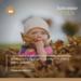 La photo représente un enfant jouant dans les feuilles automnales. Mais malgré les couleurs eux aussi peuvent subir une déprime saisonnière